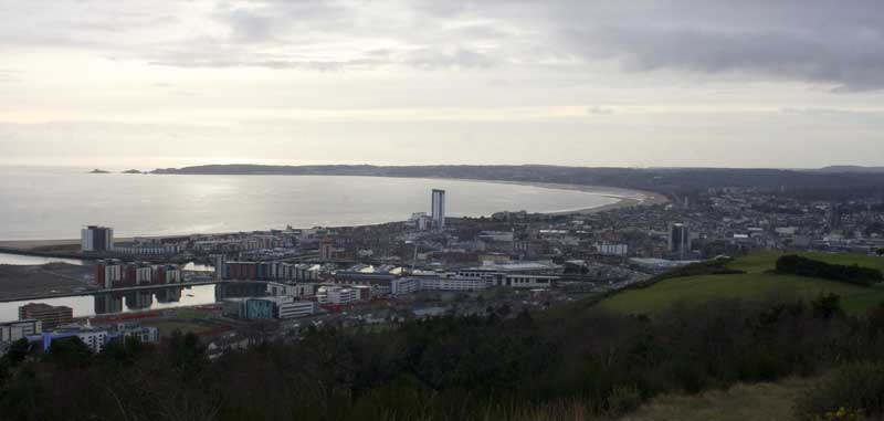 Swansea as viewed from Kilvey Hill, 2015 © Jakejakegarner CC BY-SA 4.0 bit.ly/2qJr410