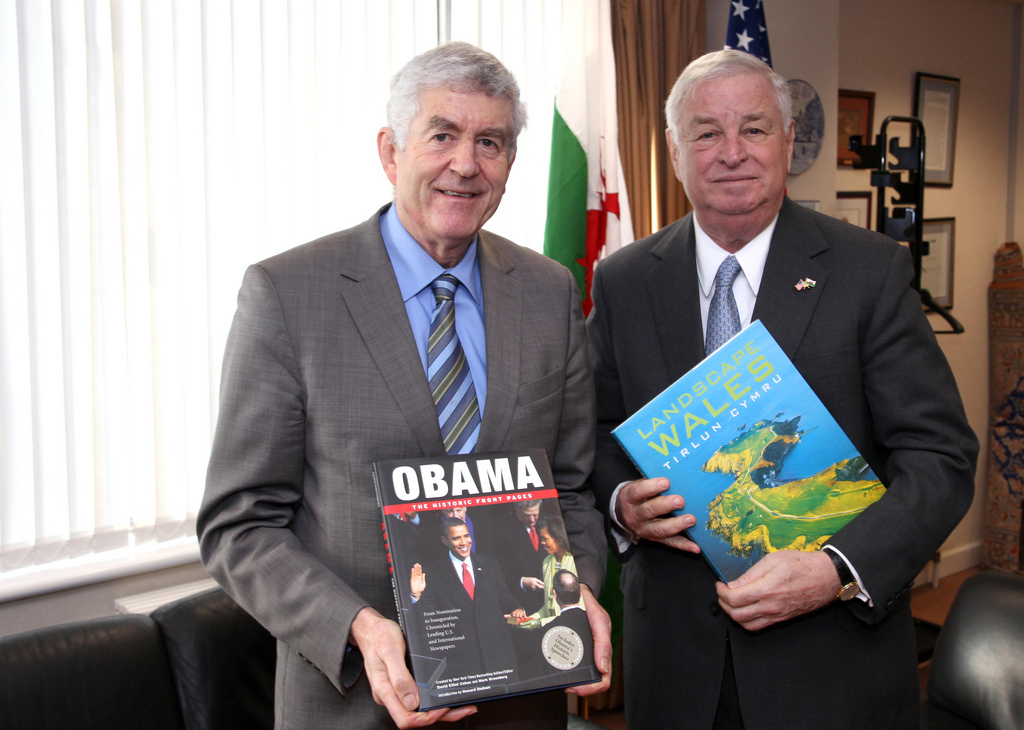 First Minister for Wales Rhodri Morgan and US Ambassador Susman 2009 (Image courtesy of the Welsh Assembly Government).